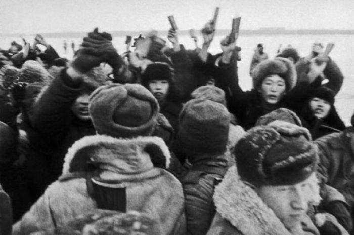 Толпа хунвэйбинов с цитатниками Мао Цзэдуна пытается ворваться на территорию СССР. Кадр из фильма «Что случилось на Уссури»./Фото: image2.thematicnews.com